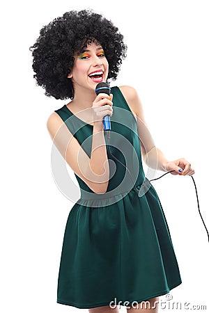 Donna con l acconciatura di afro che fa karaoke