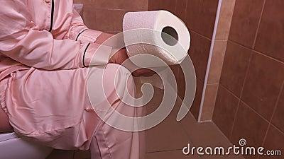 Donna con la carta igienica