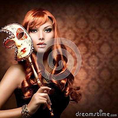 Donna con la mascherina di carnevale
