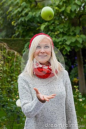 Donna con la mela. vitamine in autunno