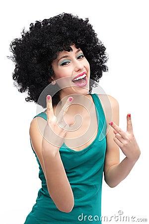 Donna con la risata nera della parrucca di afro