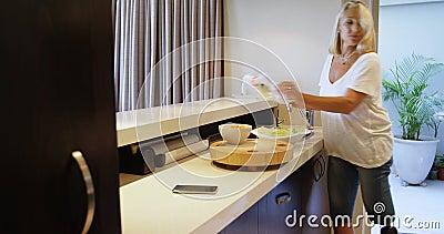 Donna con le verdure prostetiche 4k di lavaggio e di taglio della gamba video d archivio