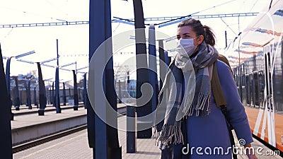 Donna con mascherina protettiva alla stazione ferroviaria archivi video