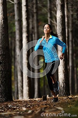 Donna corrente della foresta
