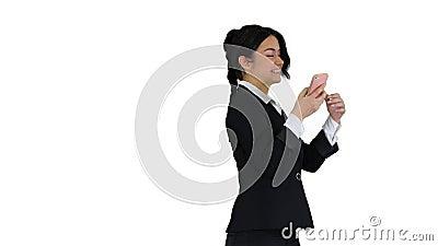 Donna d'affari che danza dopo una chiamata di successo su sfondo bianco video d archivio