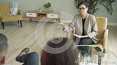 Donna d'affari che parla con clienti o colleghi in un ufficio moderno