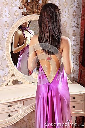 Donna davanti allo specchio immagine stock immagine - Ragazza davanti allo specchio ...