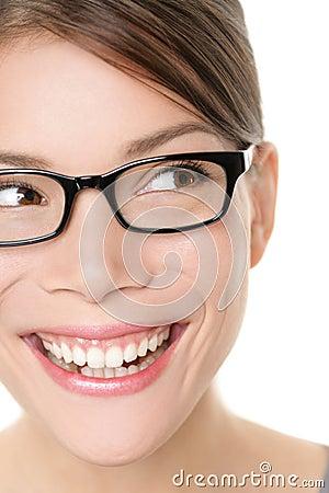 Donna degli occhiali di occhiali di vetro che sembra felice