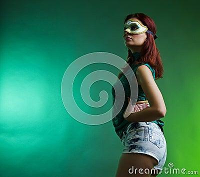 Donna del partito con la mascherina