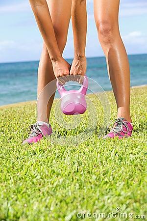 Donna di addestramento di forma fisica di Kettlebell