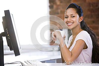 Donna di affari in caffè bevente dell ufficio