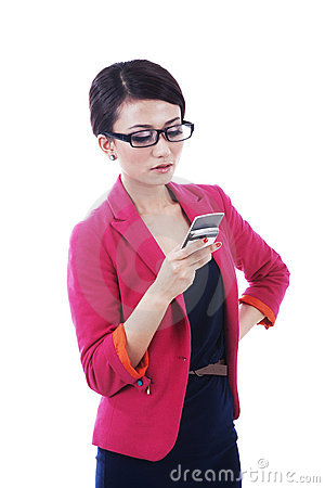 Donna di affari che per mezzo del telefono
