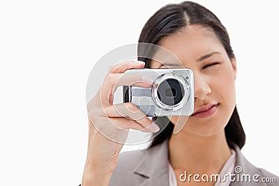 Donna di affari che usando macchina fotografica