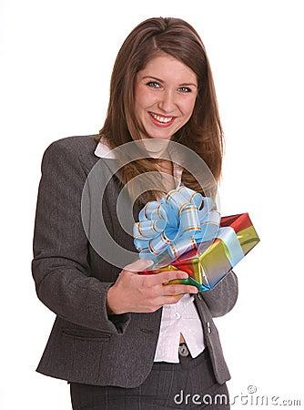Donna di affari con il contenitore di regalo.