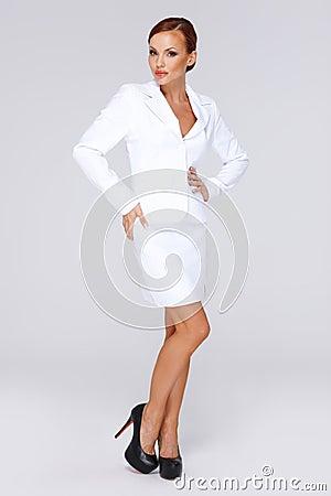 Donna di affari elegante in un vestito bianco