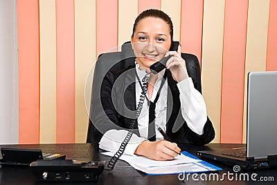 Donna di affari per telefono che cattura le note