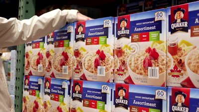 Donna di moto che compra il cereale di istante di Quaker video d archivio