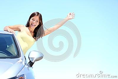 Donna di vacanza dell automobile di estate sul viaggio stradale di feste