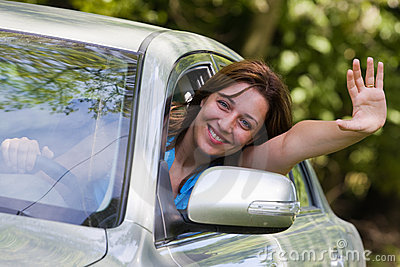 Donna felice in automobile
