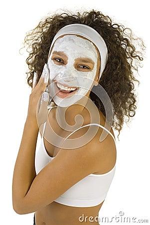 Donna felice con la maschera di protezione