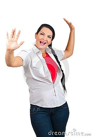 Donna felice con le braccia in su