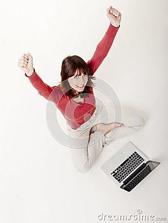 Donna felice con un computer portatile