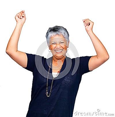 Donna maggiore che sorride sopra il bianco con le mani sollevate