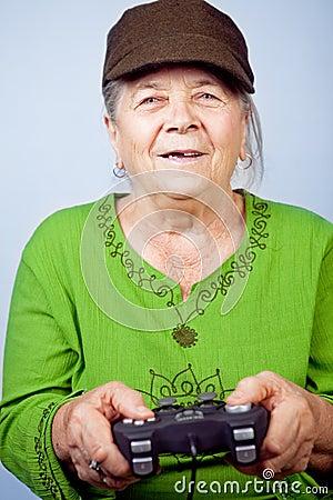 Donna maggiore felice che gioca i video giochi