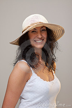 Donna matura in un cappello di paglia