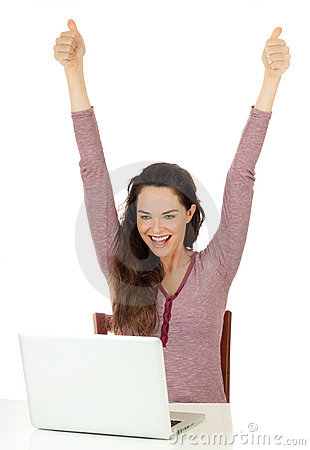 Donna molto hapyy che per mezzo di un computer portatile