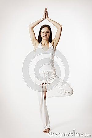 Donna nella posizione di yoga dell albero (Vrikshasana)
