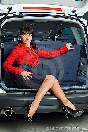 Donna in scompartimento di bagagli