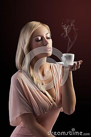Donna sensuale bionda con un insieme di caff immagini for Mobilia e un insieme di