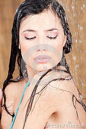 Donna sensuale sotto l acquazzone