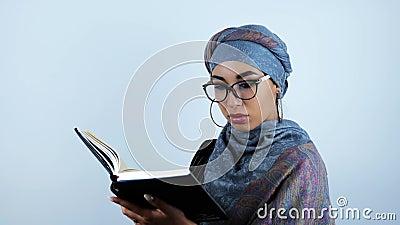 Donna sorridente di affari di giovane bello arabo che scrive le note nel suo pianificatore sul fondo bianco isolato archivi video