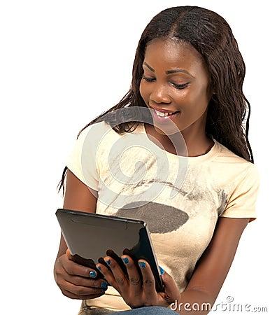 Donna sorridente graziosa che tiene compressa digitale