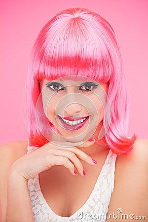 Donna sorridente sopra fondo rosa