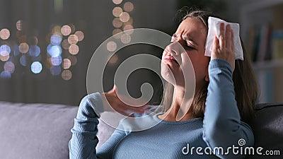 Donna stressata che soffre di un colpo di calore sudata a casa archivi video