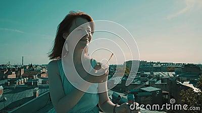 Donna sul tetto stock footage