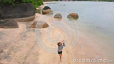 Donna sulla spiaggia che gode delle feste stock footage