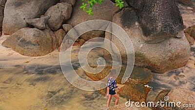 Donna sulla spiaggia che gode delle feste archivi video
