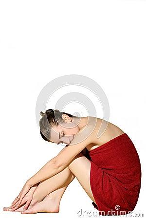 Donna in tovagliolo di bagno rosso