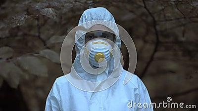 Donna vestita di sicurezza e mascherata con telecamera, zona di esclusione, disastro archivi video