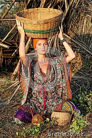 Donna in vestiti etnici immagini stock immagine 13305874 for Vestiti etnici