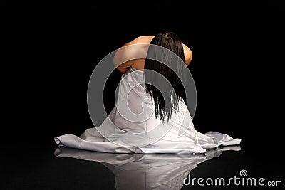 Donna in vestito da cerimonia nuziale sulle sue ginocchia