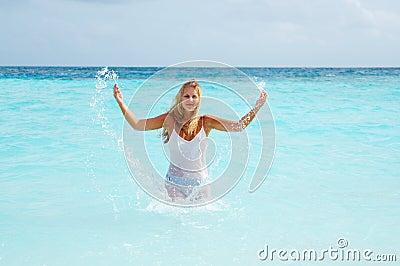 Donna in vestito gauzy bagnato