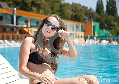 Donna vicino alla piscina