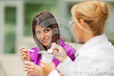 Donne di affari che mangiano yogurt