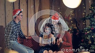 Donner d'amis cadeaux à leur ami Célébration du concept du ` s Ève de nouvelle année clips vidéos