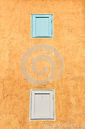 Doppelte Fenster auf gelber Wand